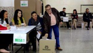 Rodrigo Londoño votando por primera vez. Fuente: EFE